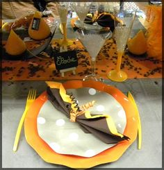Décoration de table orange et marron chocolat. Voir plus de déco de fête sur notre blog : http://www.boutique-jourdefete.com/blog/actualite-des-magasins/idees-de-decoration-de-table/