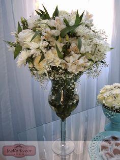 Arranjo com liziantos, rosas brancas, alstromélias, gypsophilas e lírios