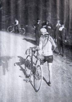 """Tour de France 1910. 10^Tappa, 21 luglio. Luchon > Bayonne. Octave Lapize (1887-1917). La tappa prevede Peyresourde, Aspin, Tourmalet e Aubisque: vette fino ad allora inviolate; sono i primi Pirenei della storia del Tour. La foto è probabilmente riferita alla scalata """"nottetempo"""" del Col du Peyresourde. In vetta all'Aubisque il futuro vincitore del Tour lancia un urlo agli organizzatori per la storia: """"Vous êtes des assassins! Oui, des assassins! (Voi siete degli assassini! Sì, degli…"""