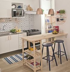 Cozinha pequena com bancada de pínus
