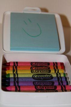 Kleursetje voor onderweg. Een zeepdoosje met krijtjes, potloodjes of stiftjes en een notitieblokje in het deksel geplakt.