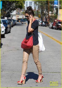 Camisa azul marino con motas; pantalon marron; zapatos marron con motas rojas;cartera roja