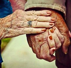 Vieux Couples, Old Couples, Photographie Portrait Inspiration, Growing Old Together, Hand Photography, Old Folks, Just You And Me, Lasting Love, Young Blood