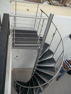 Escalera de caracol metálica para exterior con accesorios de acero inoxidable y huellas en hule antiderrapante Balcony Grill, Stainless Steel Railing, Stairs, Backyard, House Design, Architecture, Easy, Home Decor, Ladders