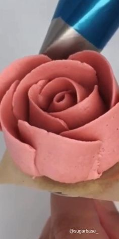 Make beautiful flowers is not very hard with piping tips videos Piping flowers Cake Decorating Frosting, Creative Cake Decorating, Cake Decorating Videos, Cake Decorating Techniques, Creative Cakes, Cookie Decorating, Birthday Cake Decorating, Frosting Techniques, Frosting Tips