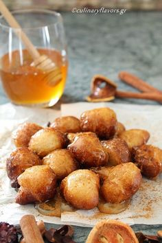 you had Loukoumades (Greek Doughnuts) before? I'm drooling just looking at them! They're simple dough balls served warm with cinnamon and honey/syrup. Greek Sweets, Greek Desserts, Greek Recipes, Vegetarian Desserts, Greek Dinners, Coconut Dessert, Greek Cooking, Mediterranean Recipes, Food Blogs