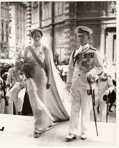 1939 Princess Irene of Greece arriving to the church with brother king George II of Greece in her wedding day She married Prince Aimone of Savoia, duke of Spoleto, Fifth Duke of Aosta. Royal Wedding Gowns, Royal Weddings, Princess Wedding Dresses, King George Ii, Greek Royalty, Greek Royal Family, Casa Real, Royal Brides, Royal Jewels