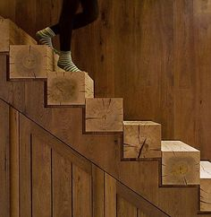 Escalera formada con tablones de madera. timber stairs