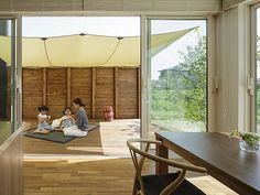 【新着】広い庭やウッドデッキ、大開口から 自然と家族がつながる住まい。 Nihon, Building, Room, House, Home Decor, Bedroom, Decoration Home, Home, Room Decor