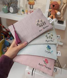 We start with the workshop-courses: learn to make custom wallets for maq . Embroidery Purse, Hand Embroidery Stitches, Hand Embroidery Designs, Ribbon Embroidery, Custom Wallets, Ideias Diy, Handmade Bags, Sewing Projects, Crafts
