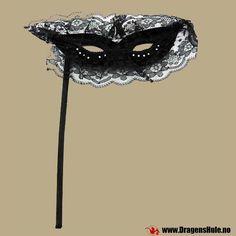 Kostymestuff: Svart blondemaske, håndholdt fra DragensHule. Om denne nettbutikken: http://nettbutikknytt.no/dragens-hule-no/