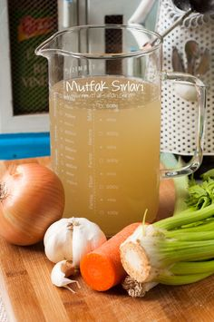 How to make Homemade Broth & Bone Broth? There are also 3 comments to give you an idea. Tricks of the recipe, thousands of recipes and more . Baby Food Recipes, Meat Recipes, Cooking Recipes, Healthy Recipes, Italian Chicken Dishes, Italian Foods, Wie Macht Man, Bone Broth, Turkish Recipes