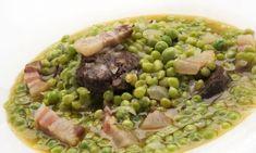 Karlos Arguiñano elabora una cazuela de guisantes con butifarra negra, panceta, cebolleta y caldo de verduras.