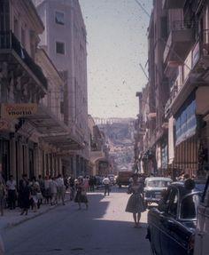 100 πολύτιμες και συγκινητικές φωτογραφίες από μια ανέμελη εκδρομή στην Ελλάδα του 1961 Greece Pictures, Old Pictures, Greece History, Greek Culture, Athens Greece, Best Memories, Street View, World, Building