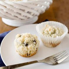The Perfect Blueberry Muffins; A delicate and tender blueberry muffin, topped with a crumbly topping. Added lemon zest and cinnamon! Best Blueberry Muffins, Blue Berry Muffins, Blueberry Cake, Blueberry Recipes, Mini Muffins, Yummy Treats, Delicious Desserts, Dessert Recipes, Yummy Food