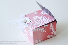 Manche Papiere haben so ein feines großflächiges Muster, dass sie für Karten fast verschwendet sind, oder? Verarbeitet zu einer Verpackung kommen sie oft viel besser zur Geltung. Das Papier und der (die, das??) Brad für die heutige Box stammt aus dem Septemberkit der Papierwerkstatt. Die Box wird geöffnet, in dem man die Blume einfach zu …