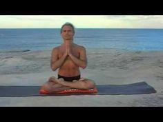 Il Guru Yoga Simon Borg-Oliver sullo Shakti Mat su una spiaggia australiana.