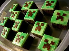 "Candy Bar Cupcakes: Minecraft Cupcakes ""Creeper"" - OK, here's the direct link on how she made these (gonna attempt for my boys B-day) Cupcakes Minecraft, Minecraft Torte, Minecraft Food, Minecraft Houses, Minecraft Bedroom, Minecraft Furniture, Minecraft Skins, Minecraft Ideas, Minecraft Birthday Party"