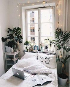 Plantes, guirlande, linge de lit blanc.