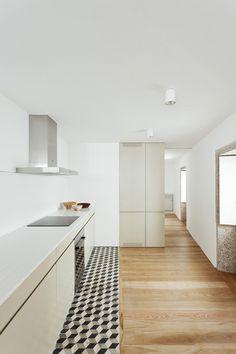 Cooler Übergang von einem Parkett zum Fliesenboden der Küche...