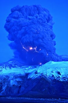 Volcanic Lightning,  Eyjafjallajökull in Iceland - The way it looks, that the lightning originates in the volcanic ash, is exactly the way it is.