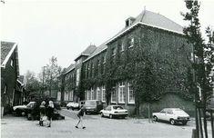 Zwartewaalsestraat met School B uit 1918, later de Klaas de Vriesschool, gesloopt in 1988