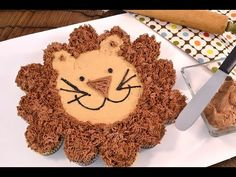 How to make a cupcake cake Leon the Lion. Great for birthday parties and baby showers. Easy to serve! #cupcakes #birthday #cake