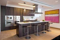 une cuisine commode avec des armoires en bois