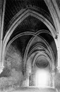 Le dépouillement, l'austérité linéaire, la nudité, l'absence de représentations figuratives, la simplicité des motifs... tout dans l'architecture et l'art cisterciens des premiers temps exprime la spiritualité de Cîteaux. Il s'agit de renoncer au monde pour mieux se concentrer sur Dieu. D'éviter ce qui pourrait éloigner l'homme de sa prière. Aile des convers de l'abbaye de Vauclair