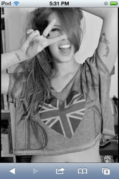 Image Black and withe Cute Friend Poses, Cute Friends, Feelings And Emotions, Union Jack, T Shirts For Women, Crop Tops, Black And White, Hot, Sexy