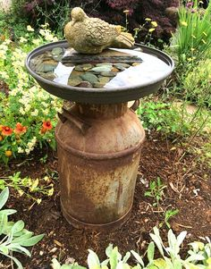 Vintage milk can bird bath # vintage - Easy Diy Garden Projects Vintage Milk Can, Vintage Diy, Garden Yard Ideas, Diy Garden Decor, Vintage Garden Decor, Garden Junk, Garden Decorations, Milk Can Garden Ideas, Vintage Gardening
