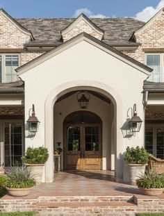 ideas exterior house stucco colors front porches for 2019 Brown Brick Exterior, Stucco Exterior, Stucco Homes, Exterior Front Doors, Entry Doors, Exterior Wall Design, Exterior Wall Light, Exterior Paint Colors For House, Brick Wall Decor