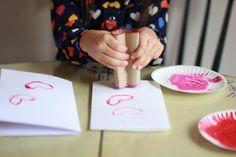 Transforma tus rollos de papel en timbres de corazón: Prepara la mesa