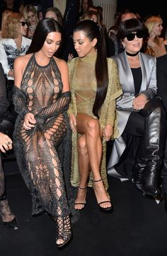 Kim Kardashian rouba os flashes no desfile da Balmain em Paris