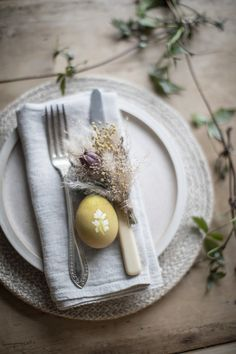 Discover how to make place setting decorations for your easter table using naturally dyed easter eggs decorated with leaf patterns. decorating photoshoot How to Decorate Eggs for Easter using Natural Dyes — Paper thin moon Easter Table Settings, Easter Table Decorations, Easter Centerpiece, Easter Egg Dye, Easter Party, Natural Dyed Easter Eggs, Ostergeschenk Diy, Diy Ostern, Easter 2021