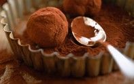 Rediscover the recipe of chocolate truffles with chef Cyril Lignac. Desserts With Biscuits, Köstliche Desserts, Chocolate Desserts, Delicious Desserts, Dessert Recipes, Chefs, Chocolates, Love Food, Sweet Recipes