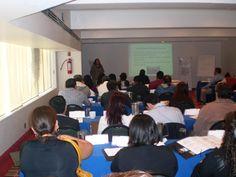 Panoramica de la ponente explicando el tema a los asistentes.