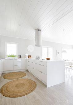 Valkoinen keittiö antaa mahdollisuuden väreillä leikkimiseen!