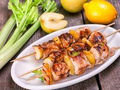 Brochetas de Cerdo y Manzana | Una ricas brochetas de cerdo, manzana y cebolla con una salsa muy rica.