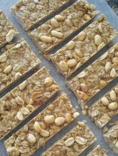 Peanut butter granola bars (ingrediënten: pindakaas, honing, kokosolie, haver, tarwekiemen en pinda's) (@ The Marathon Mom)