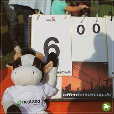 """Großes (Affen)tennis und ich war dabei. Zusammen mit meinen Kollegen von Neuland-Medien haben wir die """"Kuschelbärenbande"""" beim 20. Affentenniscup in Herzebrock unterstützt. Dank meiner tatkräftigen Unterstützung schaffte es die Kuschelbärenbande aufs Siegertreppchen und sicherte sich Platz 3."""