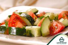 Szkodliwe połączenia potraw  Kto z nas nie ma czasem ochoty na wiosenną sałatkę z pomidorem i ogórkiem? Jednak połączenie tych dwóch składników wcale nie jest dobre dla naszego organizmu. Zawarty w ogórkach enzym utleniający witaminę C, sprawia, że witamina ta zawarta w pomidorach, może zostać zniszczona! Ogórka najlepiej więc jeść bez dodatku innych warzyw! #dietamokotów #odchudzaniemokotów #skuteczneodchudzaniewarszawa #walkaznadwaga #odchudzaniewarszawa