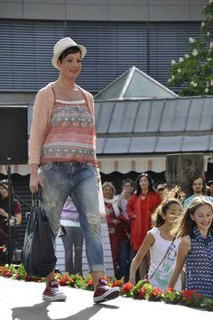 Nicole Jägel, war bereits 2014 FSL-Teilnehmerin, wählte pastellige Rot-Töne. Ihr Look zeigt, das Rot nicht immer knallig sein muss. Nicole kombiniert vorbildlich dass Thema #Rot mit dem trendigen #Denim-Look. Bei Ihrer Größe kann sie die #Boyfriends-Jeans und die große Tasche gut tragen. Meine Empfehlung: Die Jacke weiter nach vorne bringen um die Querstreifen des Tops zu begrenzen. #Reutlingen #LadiesDay #Shopping #Lady #Mode #Fashion #Style