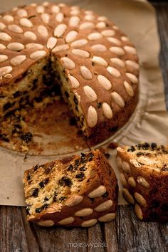 Dundee Cake - Scottish Christmas cake (click Google Translate for English version of recipe).