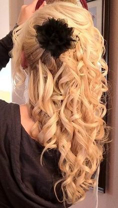 very adorable :) problem is, i don't think I could ever get my hair to look like this! My Hairstyle, Curled Hairstyles, Pretty Hairstyles, Wedding Hairstyles, Formal Hairstyles, Hairstyle Ideas, Love Hair, Gorgeous Hair, Style Vintage