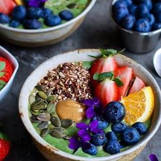 Gorgeous colours on this green matcha smoothie bowl- love the wild harvest blueberries and other summer fruits! www.zengreentea.com #matcha #superfood
