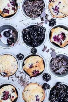 Blackberry-Chocolate Chunk Muffins Muffins are basically as close as you can get to enjoying cake for breakfast without actually eating a slice of cake. Slow Cooker Desserts, Brunch Recipes, Breakfast Recipes, Dessert Recipes, Muffin Recipes, Fall Recipes, Breakfast Ideas, Tasty, Yummy Food