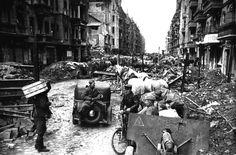 Chaos nach dem letzten Schuss: Soldaten der Roten Armee zwischen zerstörten Wohnhäusern in Berlin, aufgenommen im Mai 1945. Die alliierten Streitkräfte beendeten die Terrorherrschaft der Nationalsozialisten - nach sechs Jahren Krieg und mehr als 60 Millionen Toten.