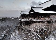 モノクロームの世界 薄っすらと雪化粧した清水寺 (2016.03.01撮影)  朝時から開門してるのですが 早朝は参拝客観光客もかなりまばら 昼間の賑わいが嘘のようです  Kiyimizu temple covered with snow. Location: KyotoJapan   #清水寺 #kiyomizudera #kiyomizu #kyoto #snow #雪化粧 #古都 #世界遺産 #worldheritage by rekusan.jp