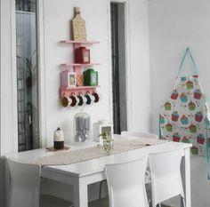 Supaya tidak menghabiskan space yang sempit, meja makan sengaja disudutkan ke dinding.